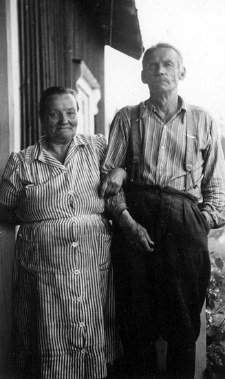 Olivia Eriksson f 1888 i Mackaretjärn d 1968 och August Eriksson f 1885 i Gräsfall, Viggen d 1961. Finsktalande äkta par