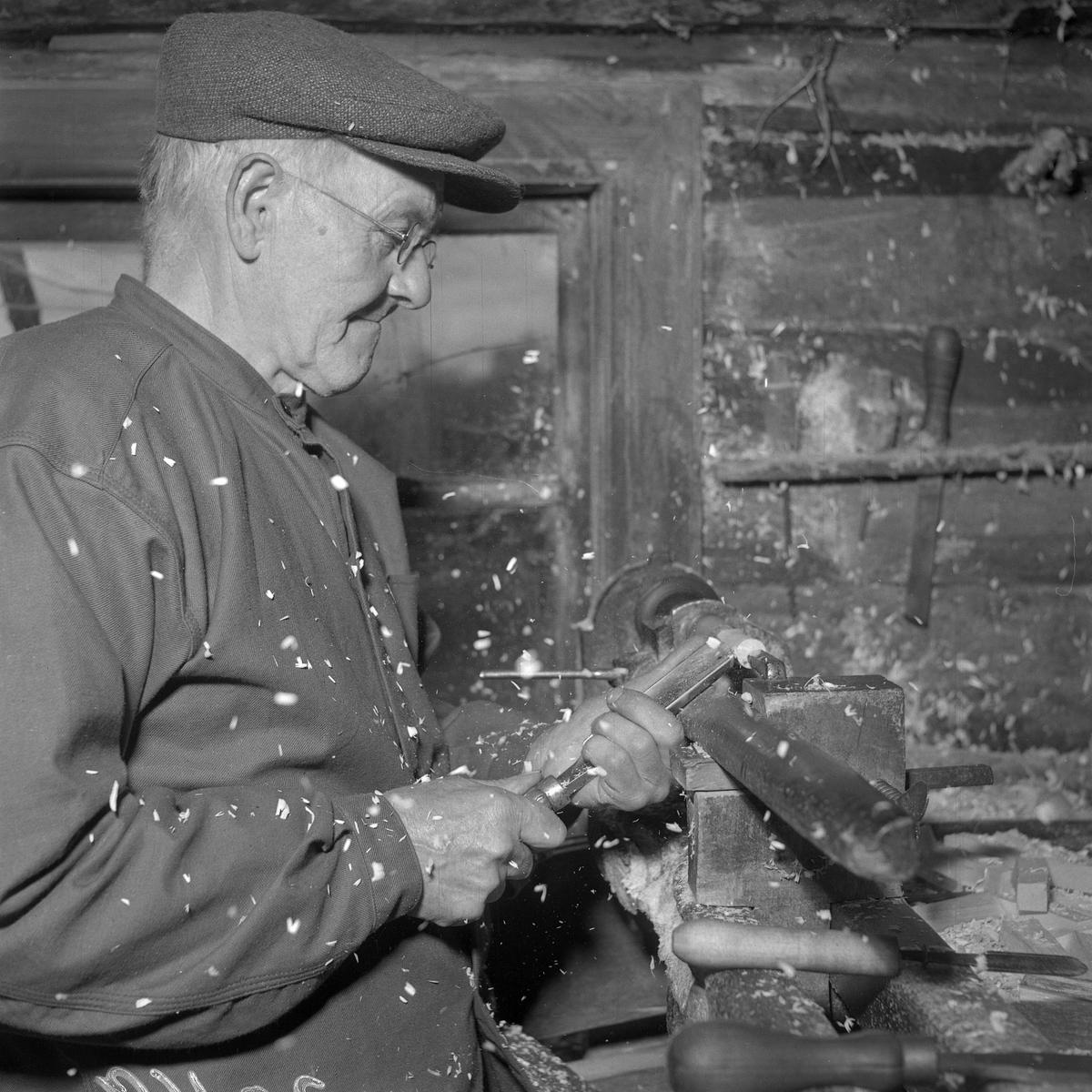 Johan Nilsson svarvar en knyppelpinne.