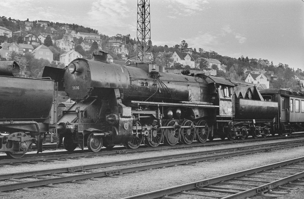 Utrangert damplokomotiv type 63a nr. 3606 på Marienborg. Lokomotivet er underveis til hugging.