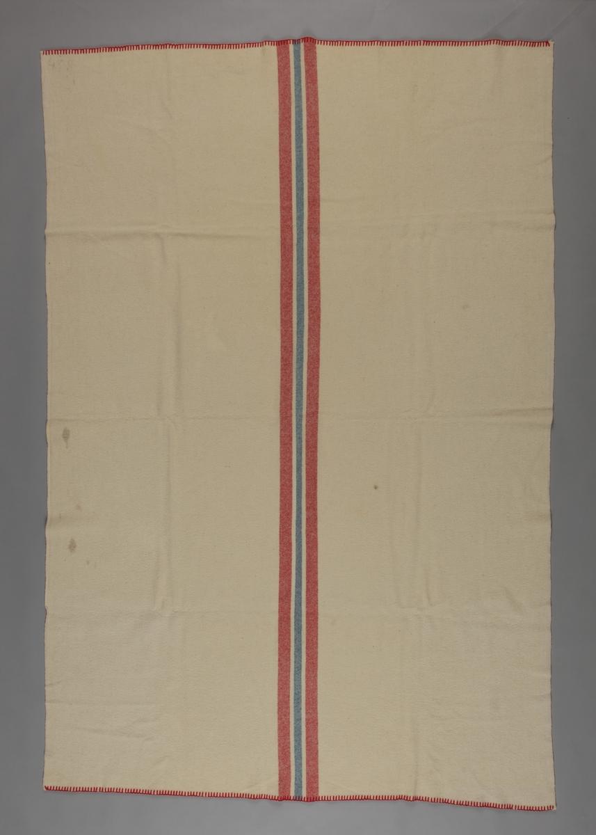 Striper i norske flaggfargar, to raude, to smale kvite og ei blå langs midten.