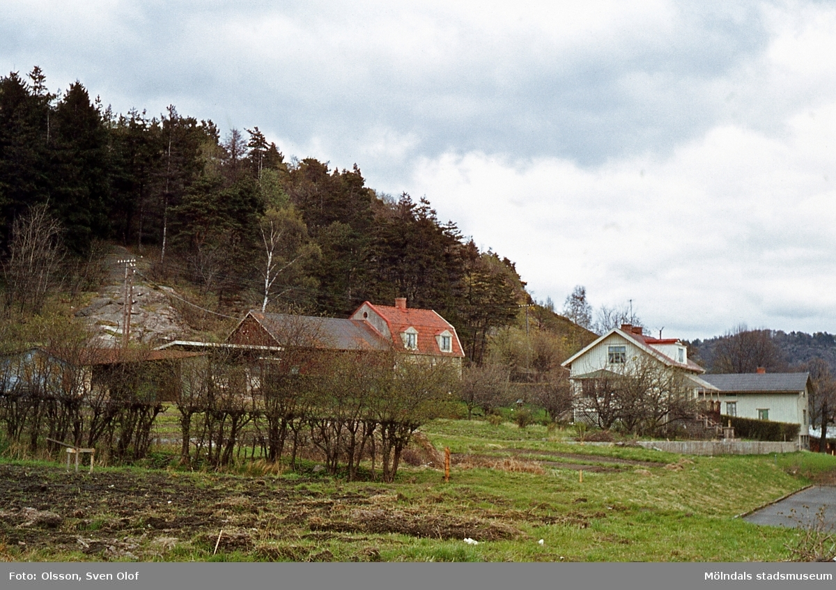 I förgrunden ses bebyggelse på Mellangården 1 i del av Toltorps by, Mölndal, år 1965. I bakgrunden ses Werner Perssons handelsträdgård.