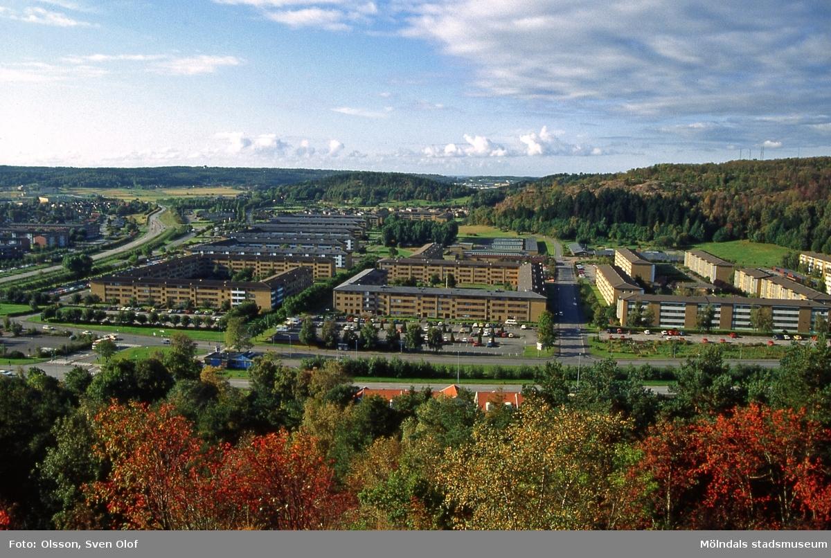 Toltorp i Mölndal, oktober 1991. Bostadsbebyggelse i området Bifrost sedd från Toltorpsberget (Safjället). Från vänster bebyggelse vid Blandsädesgatan, Pinnharvsgatan samt Rullharvsgatan. T 4:35.