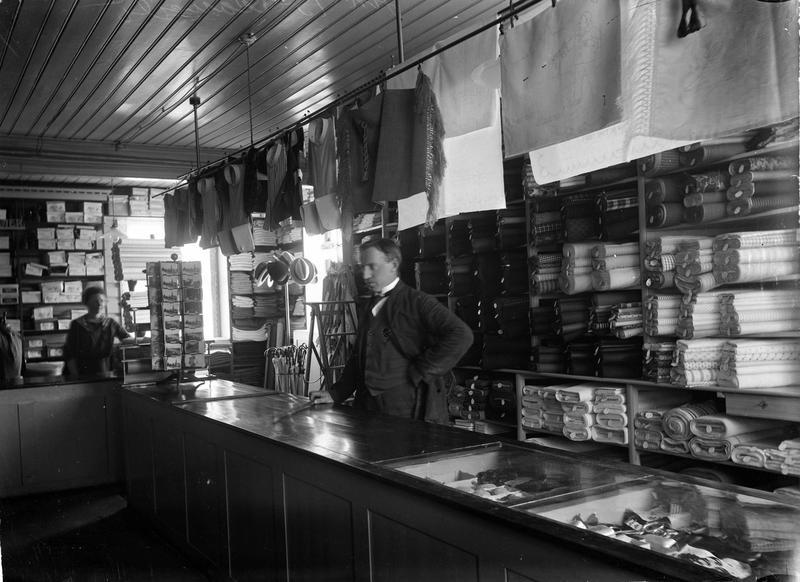 Den klassiske diskbetjente butikken. Varene var plassert bak disken i et strengt ordensregime og butikkbetjeningen kontrollerte utvalget som ble demonstrert for kundene. Fra Aamodt manufaktor, Romerike 1920-1930. Foto: Johannes Markus Holmsen, MiA. (Foto/Photo)