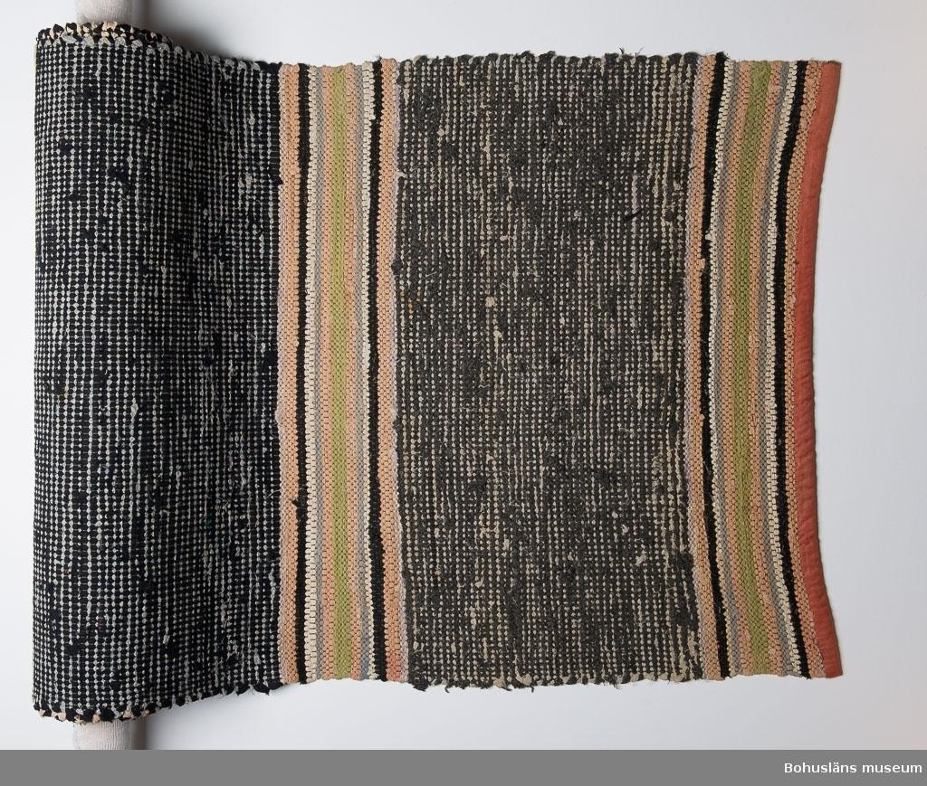 Se UM21223:001. Smutsig. (Vid förvärv).  Litteratur: Kerstin Ankert/Ingrid Frankow: Den svenska trasmattan, en kulturhistoria,  Prisma 2003.