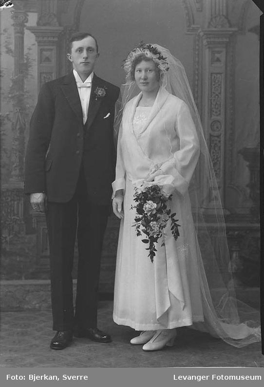 Portrett av et brudepar. Mannen heter Konrad Røstad
