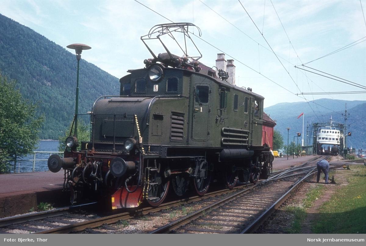 Rjukanbanens elektriske lokomotiv nr. 14 på Mæl stasjon
