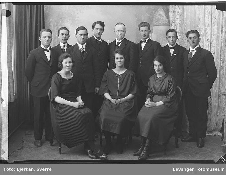 Gruppebilde Gruppebilde av tre kvinner og åtte menn trolig forening.