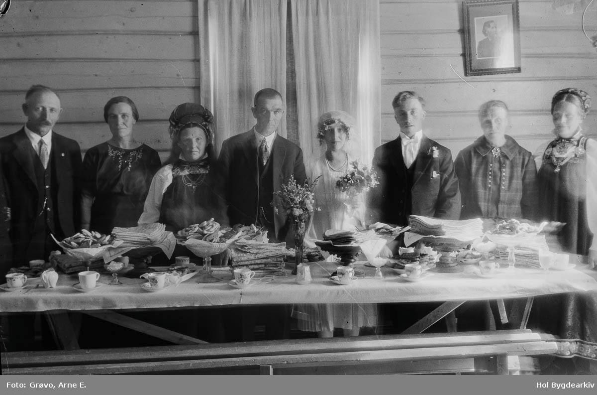 Bryllup, gjestebod, brudepar, bordsetnad, matbord, brudefølgje,