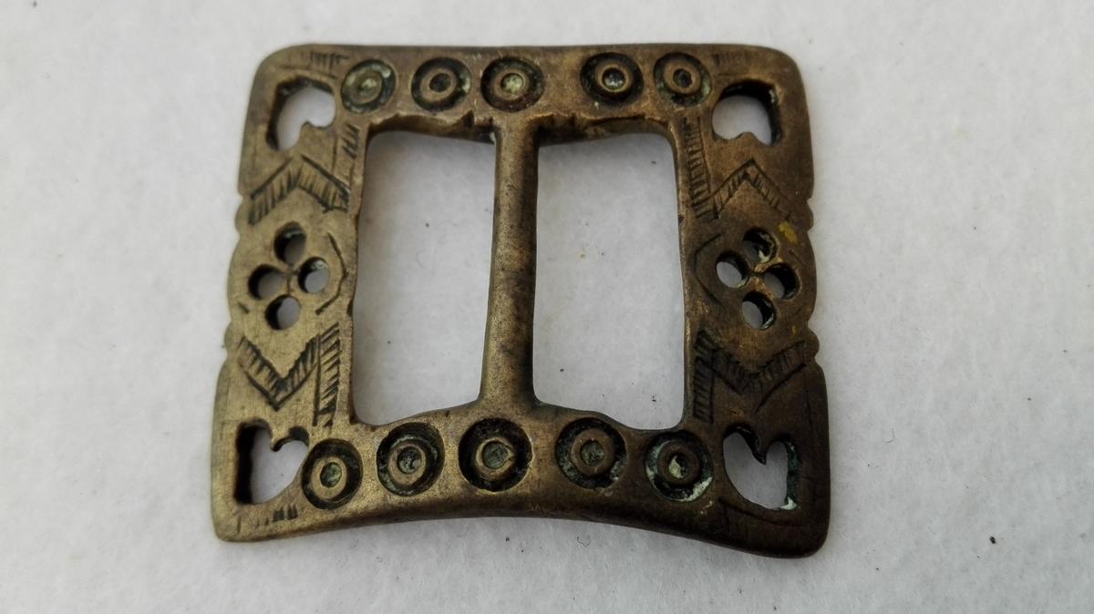 Form: Med støypte ornament Kjøpt 1900 - 1906.