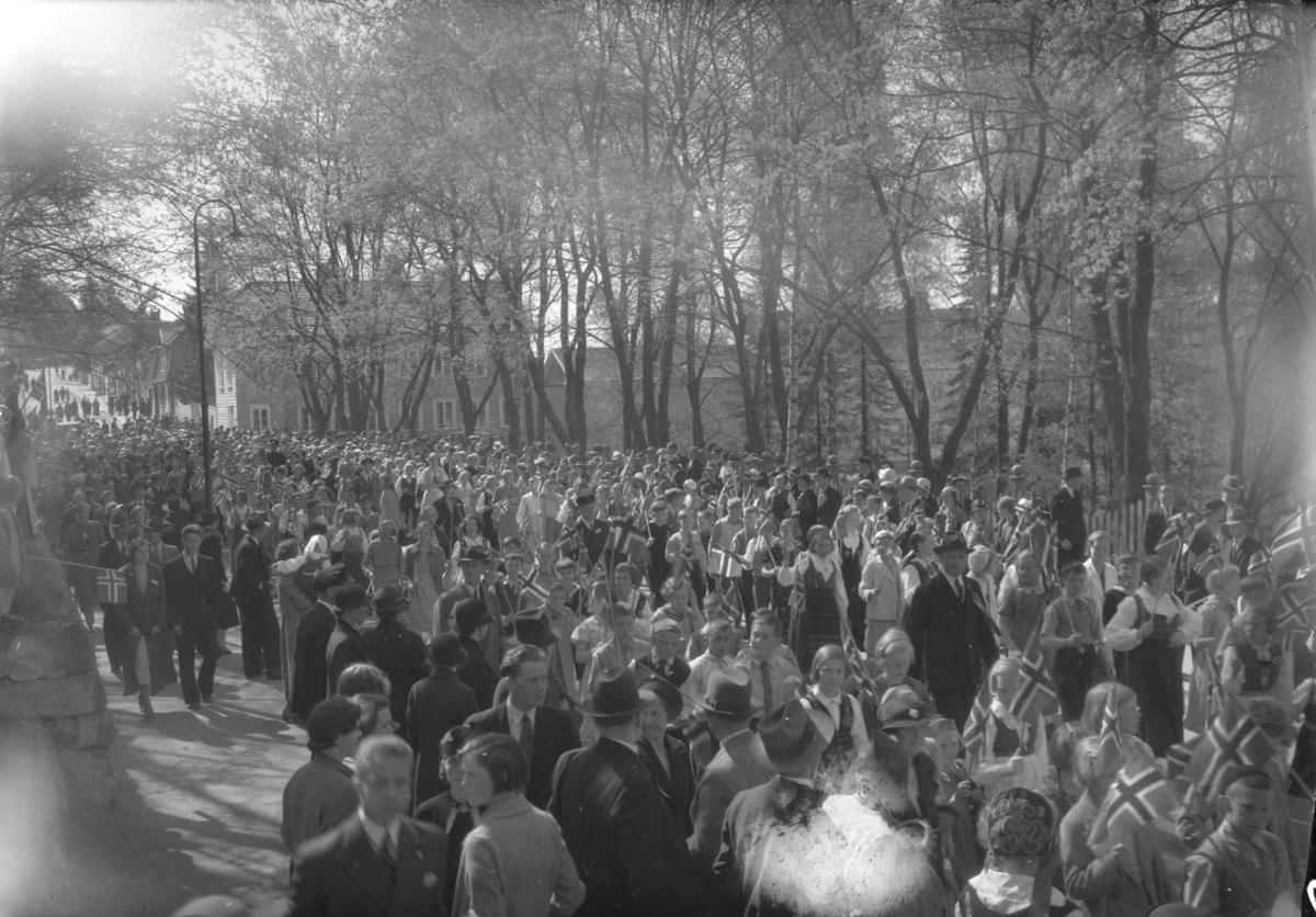 17. Maitog gjennom Storgata ved Søndre Park 1934.
