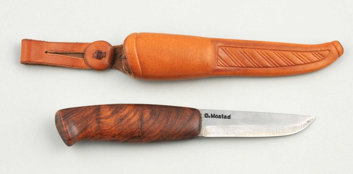 Form: Brukskniv, krok, glatt olja skaft. Enkel slir med prega skråstrekdekor.
