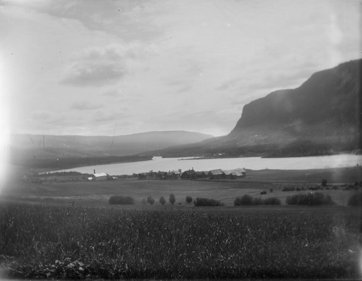 Utsikt sørover dalen med gården Jevne i motivet