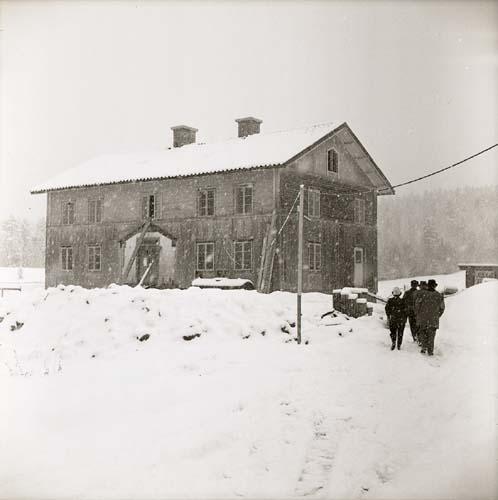 Lassekrog i snö, 9 april 1963.