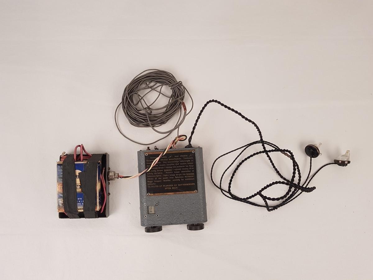 Radio med batteri og øreplugger.