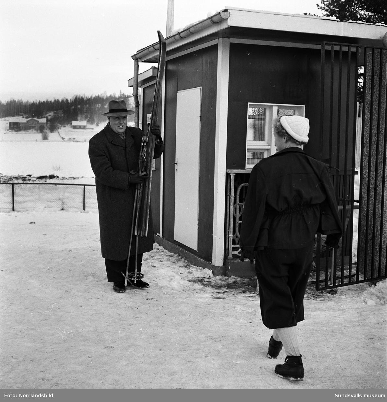 Polismästare Stig Save på sitt kontor samt utomhus, med skidor och stavar i högsta hugg.