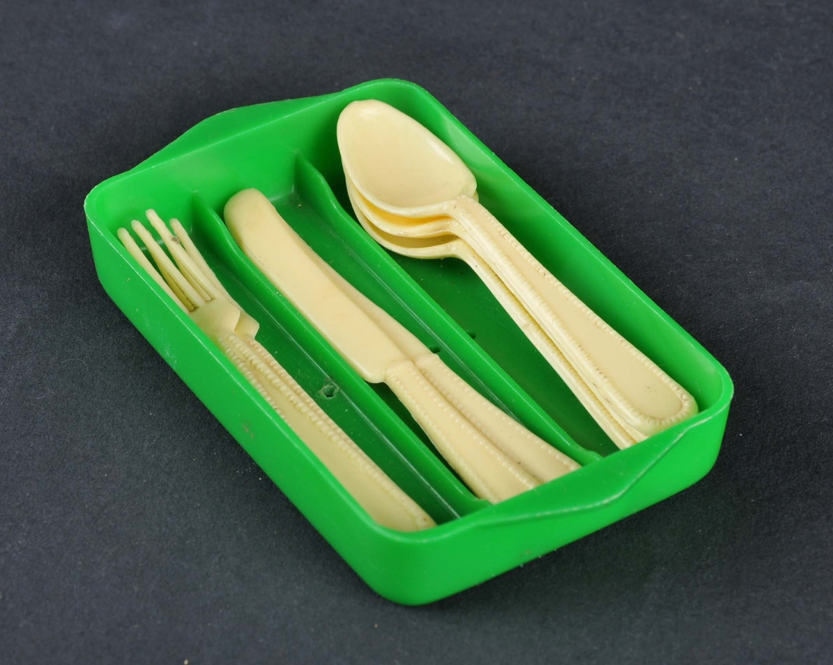 Bestikkskuff med innhald, 2 knivar, 2 gaflar og tre skeier.