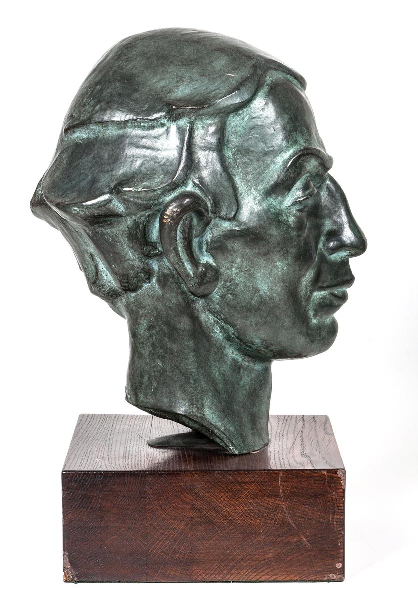 """Skulptur """"Porträtt av pastor Per Bolinder i Sandviken"""" av Maggie Wibom."""