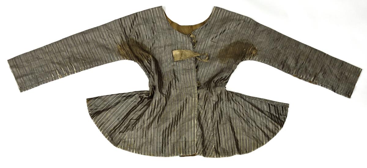 Maskinvävd och handsydd kofta i grått med vita och svarta ränder. Koftan är fodrad med gråbrunt linnetyg och knyts med fyra par grå sidenband.