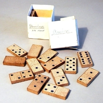 Dominospel av trä. Mönstret på brickorna är pressat men också delvis målat.