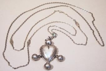 Halsband med smyckehänge i vit metall. Hjärtformat med tre hängande kulor.