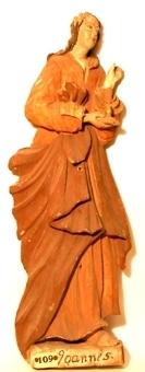 Aposteln Johannes. Reliefartad träskulptur med mycket välbevarad tidstypisk barockmålning. Pastos målad med grovkornig färg på en mycket tunn vit grund. Detaljer förgyllda på gul undermålning.