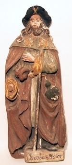Aposteln Jacob d.ä.. Reliefartad träskulptur med mycket välbevarad tidstypisk barockmålning. Pastos målad med grovkornig färg på en mycket tunn vit grund. Detaljer förgyllda på gul undermålning.