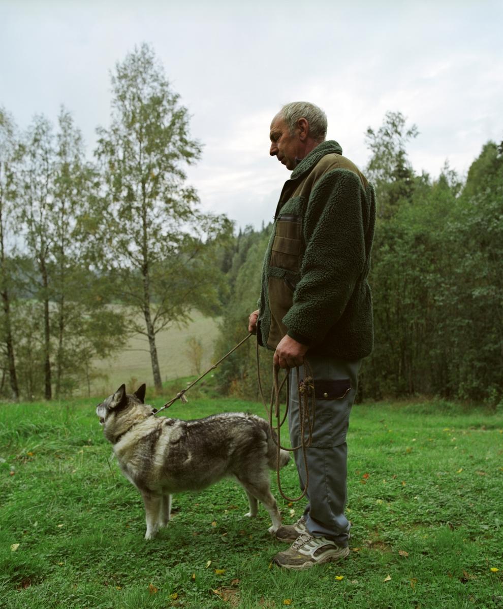 Elghund sammen med sin eier på tur.
