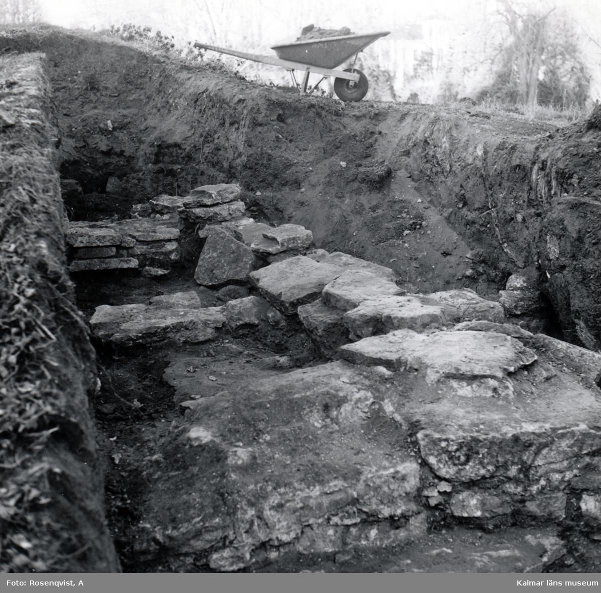 Utgrävning på Kalmar slott.  Grundrester väster om norra muren mot väster.  Rapporten: Krutkammaren, vallgraven, västra vallen och  brunnar.