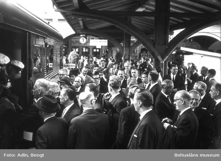 """Kungainvigningen 16 juni 1964.  Fotograf Bengt Adin, Göteborg. Regi Hans Håkansson. """"Garderobsvagnen""""."""