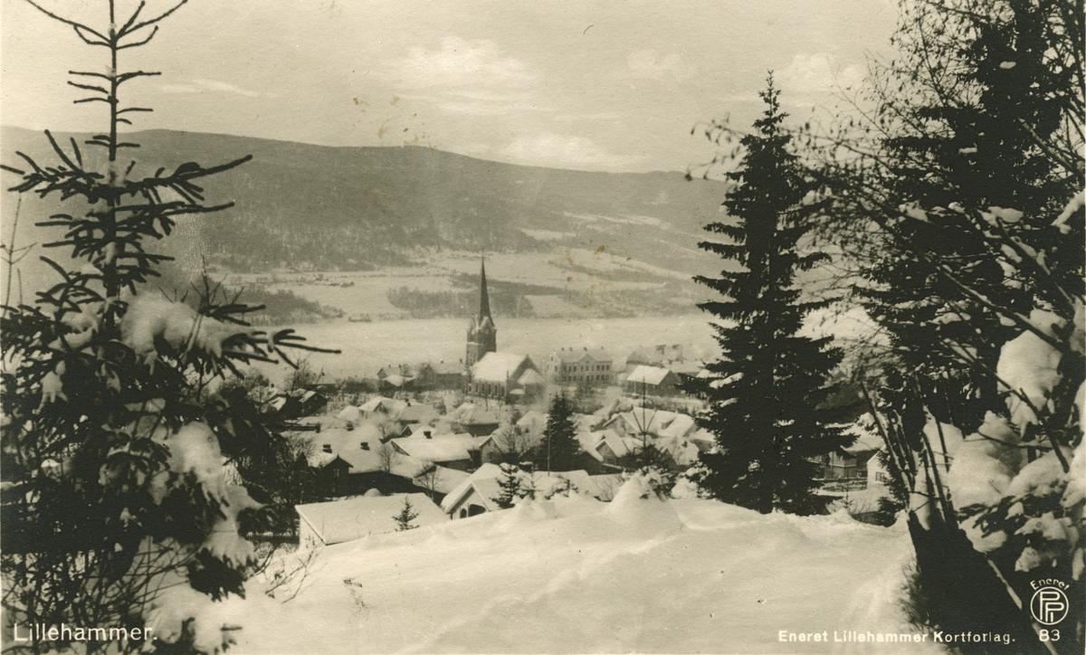 Postkort: Oversiktsbilde over Lillehammer med kirken