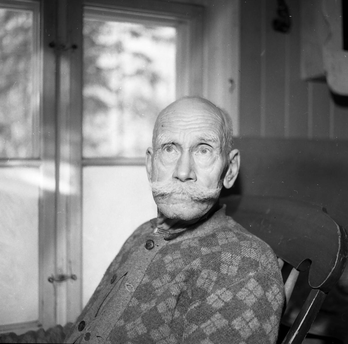 Peter Gundersen fra Ytre Rendal.  Gundersen var født 1887 og var urmaker og treskjærer.