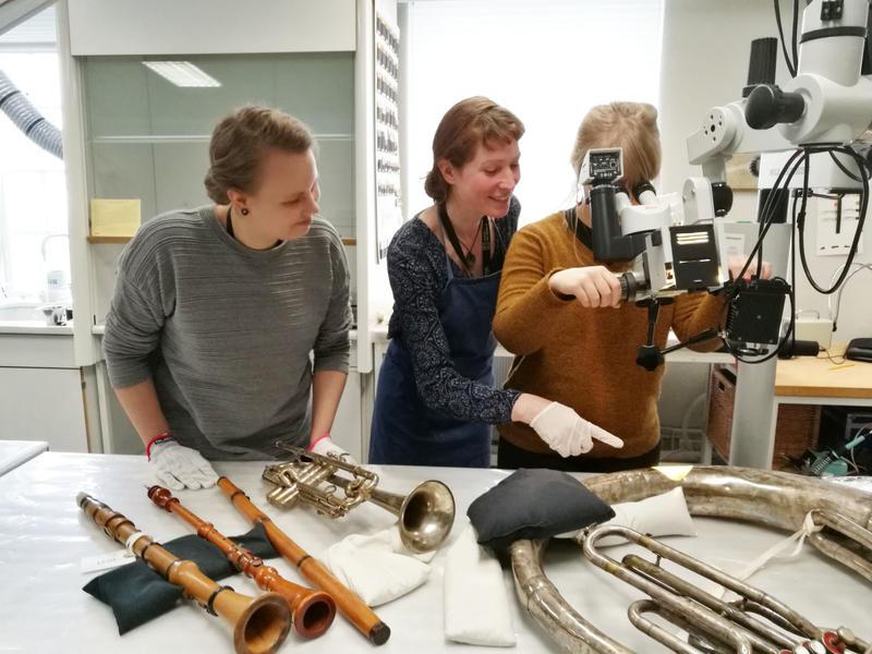 Vera de Bruyn-Ouboter (i midten) sammen med Monna Laari og Saara-Maija Pesonen. Her undersøker de metalloverflaten på ulike instrumenter for å se etter rust. Foto: Ringve Musikkmuseum (Foto/Photo)