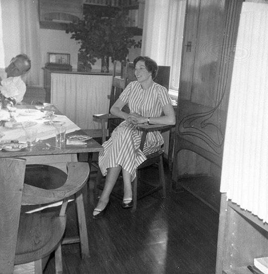 """Enligt uppgift: """"Fotografi från biblioteket på stationen. På bilden syns till höger Marianne Irgens, gift med forskaren Rutger Irgens""""."""