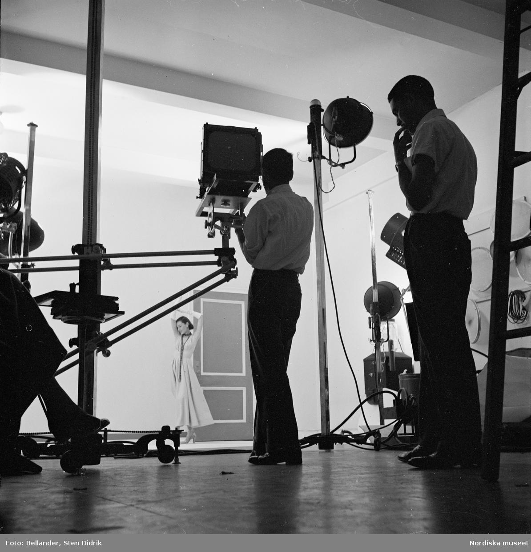 Modefotografering i den amerikanske fotografen Richard Avedons studio, New York.
