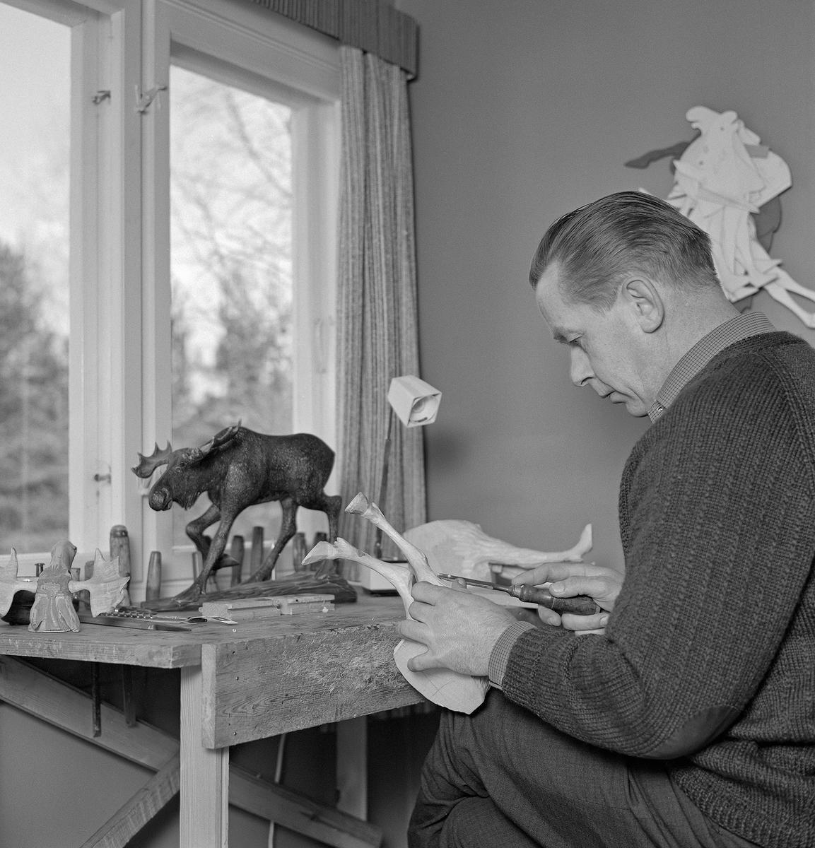 Bilde viser Vidar Sandbeck mens han skjærer en elg (Foto/Photo)