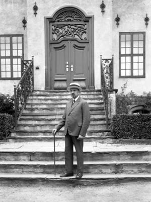 Hans Aall på trappen til Bysamlingen i 1929. Foto/Photo