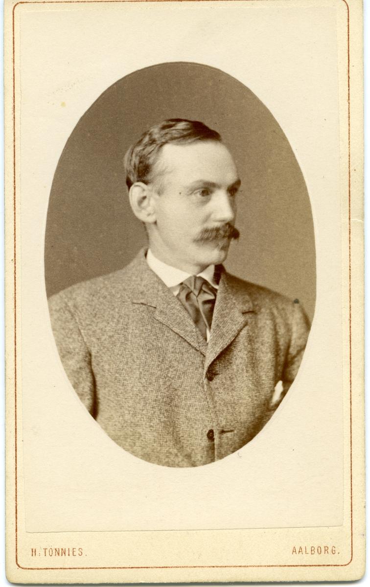 Portrett av en mann i dress.