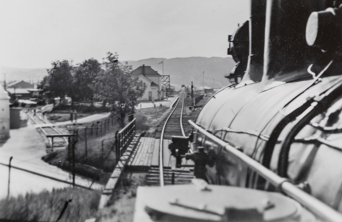 Utsikt fra fyrbøterens plass på damplokomotivet i godstoget mellom Ranheim og Trondheim, Ranheimskippen (også kalt Ranheimsekspressen).