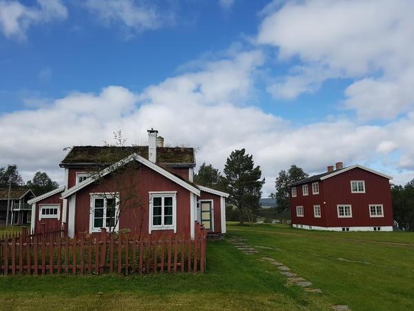Ratvolden Gammelstuggu og Nyhuset. Foto/Photo