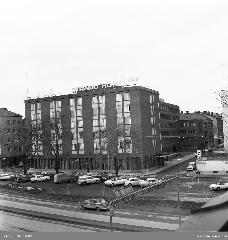 Kvarteret Neptunus (Strandgatan-Kyrkogatan-Tullgatan-Rådhusgatan). Exteriörbilder från olika håll på hela kvarteret samt interiörbilder från Hotell Strand.
