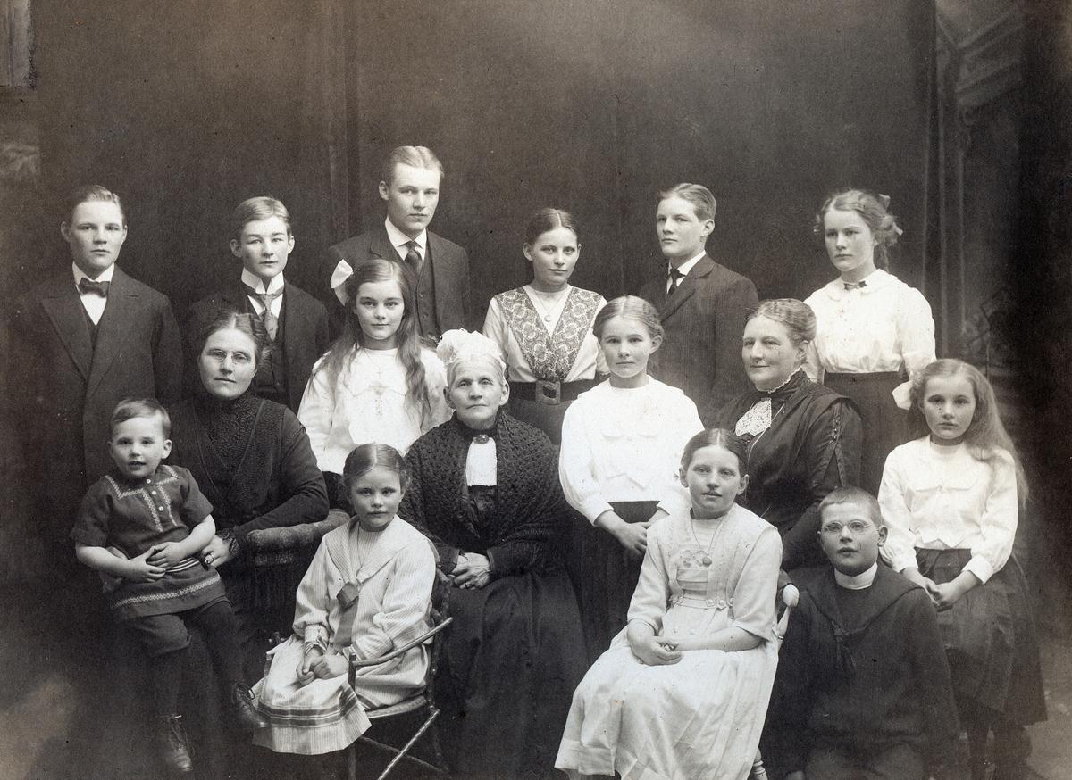 Gruppebilde av 16 personer