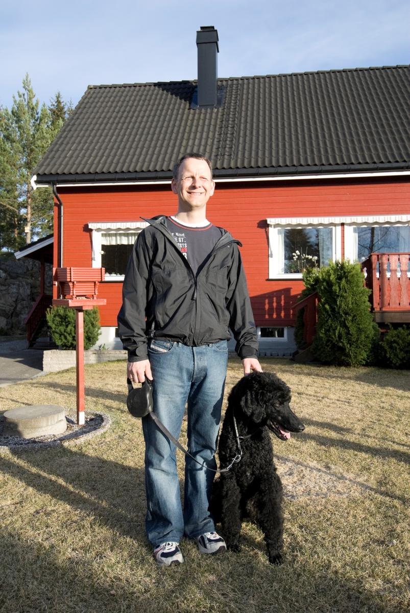 Hunden Pedro sammen med sin eier.