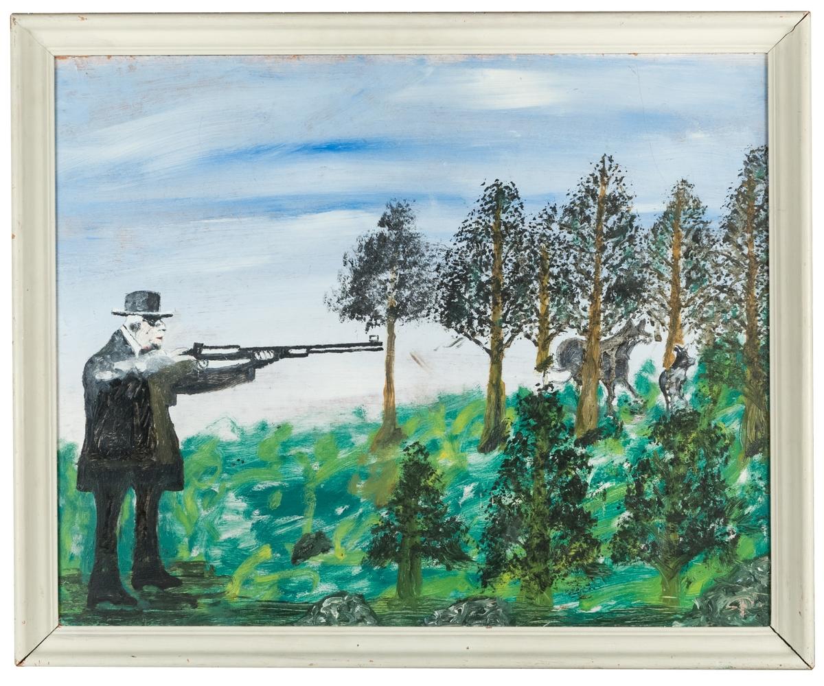 Tavla med ram, Oljemålning på masonit. Grå träram. Gustaf V på älgjakt i svarta kläder. Siktar åt höger med geväret på två älgar som befinner sig i en gles skog. Träden har bruna stammar och trädkronorna är svarta med inslag av grönt. Marken är ruffigt grön med inslag av vitt, gult och svart. I bakgrunden stor beslöjad himmel med blå inslag.