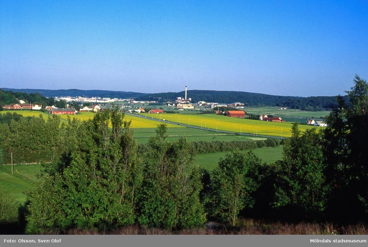 Vy från Eklanda mot Fässberg, Mölndal, i juli 1991. I fonden ses Balltorp-Kärra. FD 4:35.