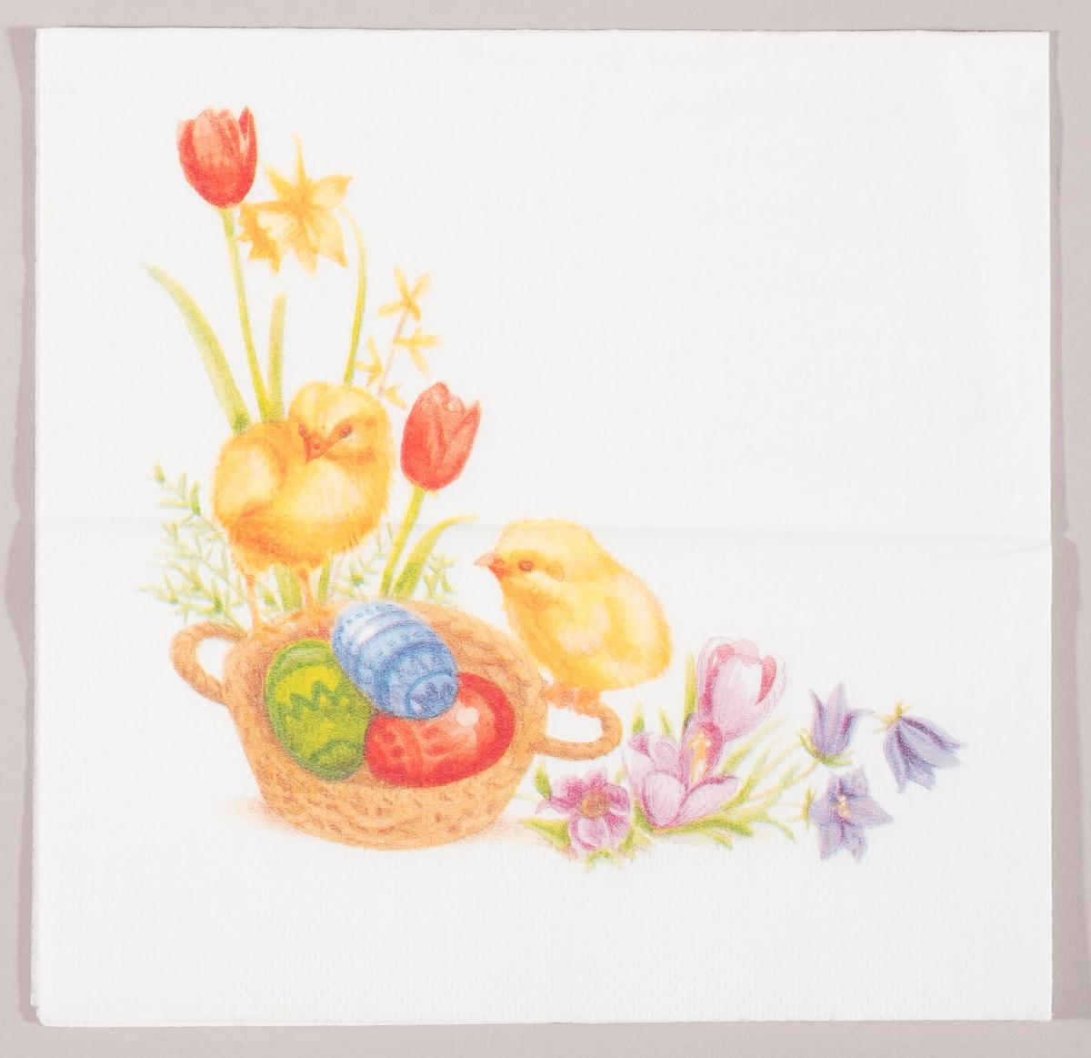 To kyllinger sitter på en flettet kurv med dekorerte påskeegg. Rundt om kurven er det tulipaner, påskeliljer, krokus og blåklokker.