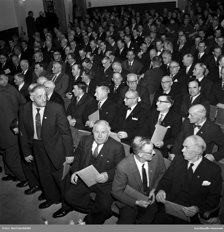 SCA-märket delas ut till 190 Matforsarbetare på Folkets hus i Matfors, med bland andra direktör Axel Enström.