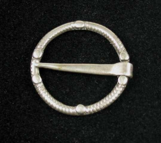 Ringsprette av sølv med ring av skruetråd pålagt knopper. Det er en på hver side like inntil tornens feste og spiss. Dessuten en på hver buehalvdel mellom disse.