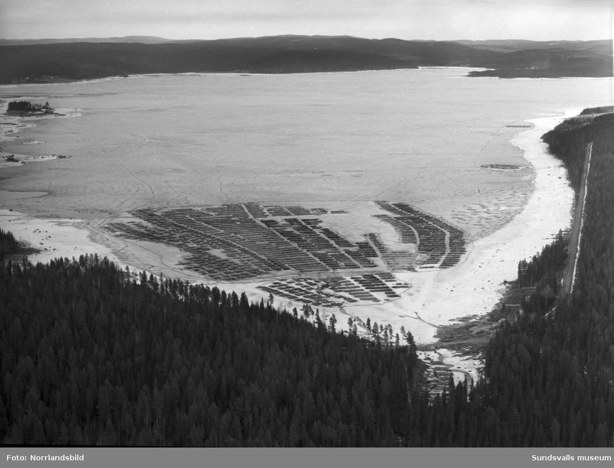 Flygfoton över timmeravlägg på Indalsälvens is.