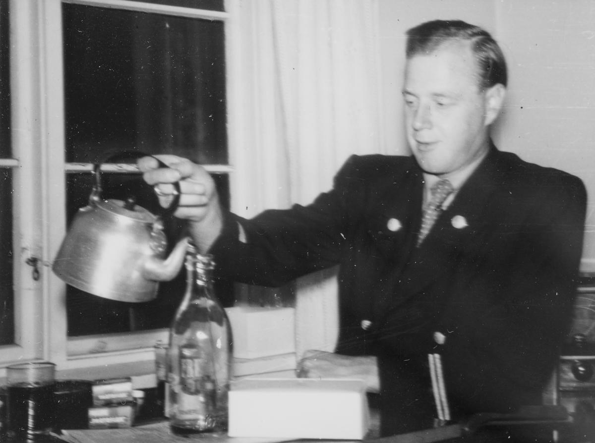 Lokomotivfører Kåre Stuevold tar en kaffetår.