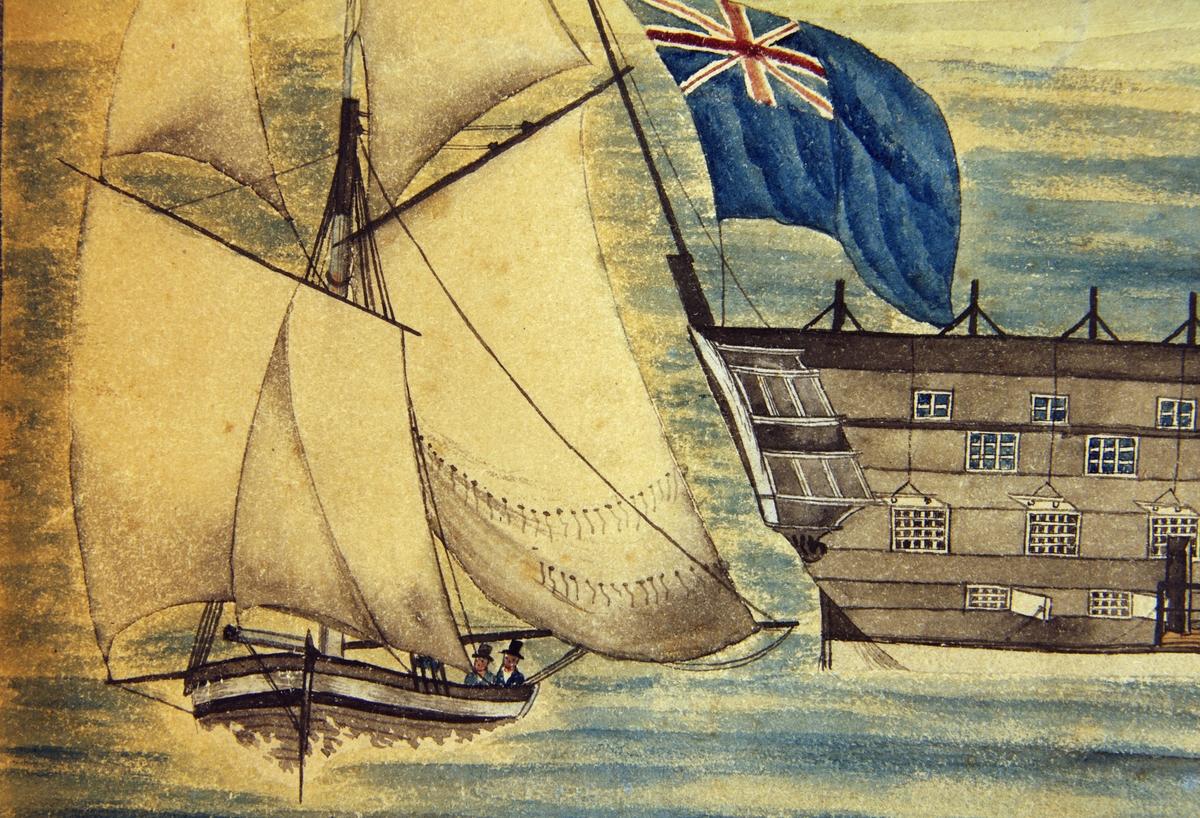 Fangeskip med gitter foran vinduene og fangevoktere som patrulerer på dekk. Skipet har en mast som er nedrigget.